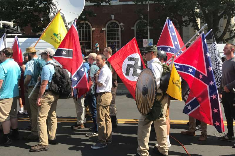 2017年8月12日,美國沙洛斯維(Charlottesville)另類右派(Alt-Right)、極右派大遊行,納粹旗幟出爐(Anthony Crider@Wikipedia / CC BY-SA 2.0)