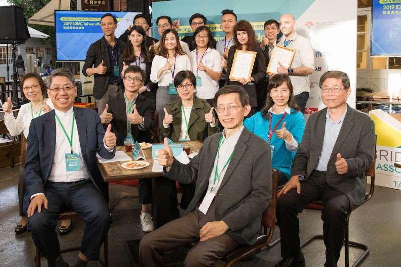 經濟部中小企業處組長雷世謙(前排右三)與資育公司董事長龔仁文(前排左二)與B2MC Taiwan團隊共同合影。 (圖/DCB生技中心提供)