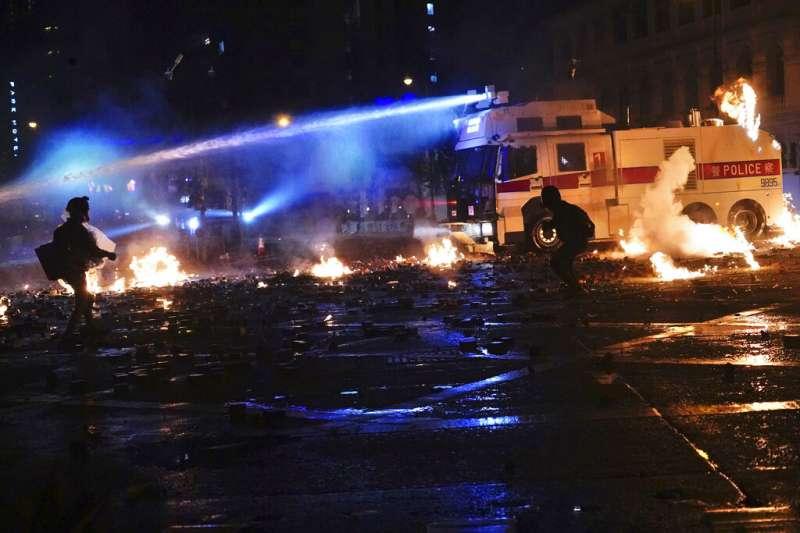 丟汽油彈等非理性抗爭手段,恐消耗民眾與國際社會對香港民主運動的支持。圖為11月17日深夜在香港理工大學發生警民激烈衝突。(美聯社)