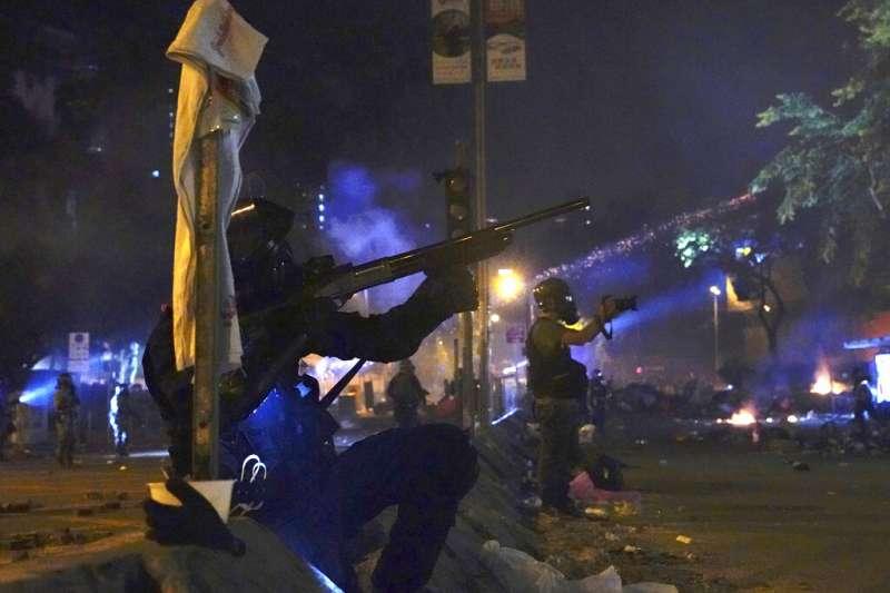 「反送中」抗爭者17日深夜在香港理工大學與警方發生激烈衝突。(資料照,美聯社)