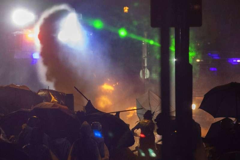 「反送中」抗爭者17日深夜在香港理工大學與警方發生激烈衝突。(美聯社)