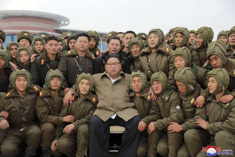 北韓領導人金正恩觀看軍演(AP)