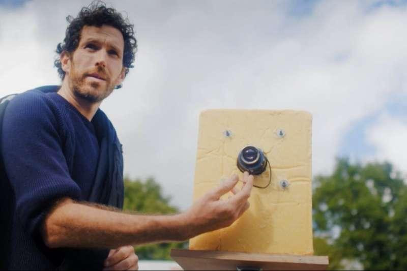 巴利正在用「乳酪相機」為模特兒攝影(圖截取自德國之聲影片)
