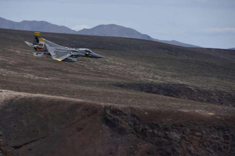 飛行在星戰峽谷上的F-15C戰鬥機,屬於加州空中國民兵第144戰鬥機聯隊的隊長機,所以有特殊的加州州旗彩繪,為加利福尼亞的驕傲。(許劍虹提供)
