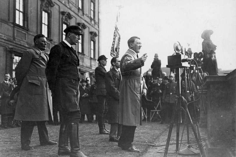 不少奧地利選民嚮往納粹份子的強勢形象,在許多地方性的鄉鎮選舉上,納粹份子甚至拿下近半數的選票。(圖為希特勒於競選期間發表演說。取自維基百科)