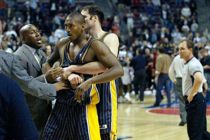 2004年的奧本山宮大亂鬥,成為NBA史上最惡名昭彰的鬥毆事件,也讓日後的NBA有了非常大的改變。 (美聯社)