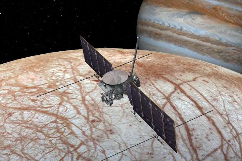 「木衛二快艇號」(Europa Clipper)飛越木星衛星「木衛二」(Europa,歐羅巴)假想圖(NASA)