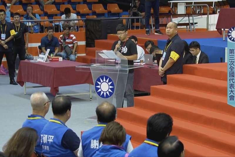 筆者曾於今年7月28日的國民黨全代會上,身著香港加油的服飾要求黨中央支持香港民主運動。(陳旻傑提供)