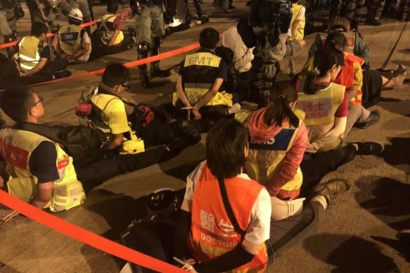 香港理工大學遭警方圍攻,就連醫護人員都被捕(翻攝網路)