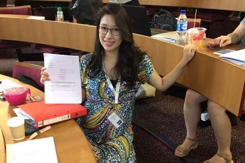 挺著孕肚攻讀MBA的Mayumi,順利於2018年畢業取得學位(圖/Sabina Journal)