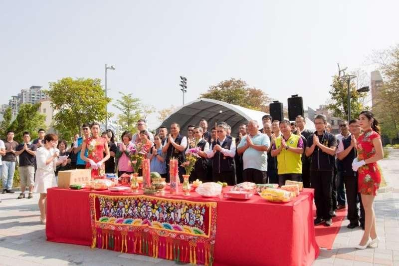 上梁當日舉行上香儀式,祈求工程如期如質完工。(圖/台中市政府)