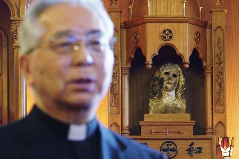 高建三明在被炸毀的聖母瑪麗像前說話。(AP)