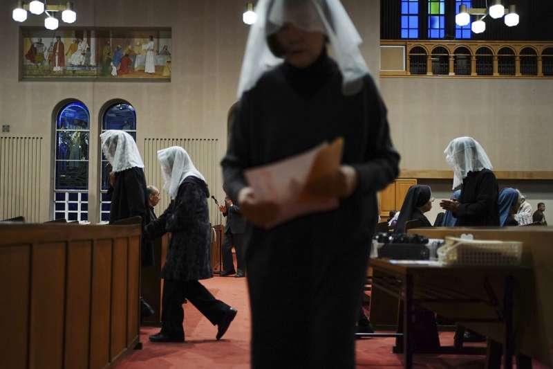天主教徒在浦上教堂進行彌撒。(AP)