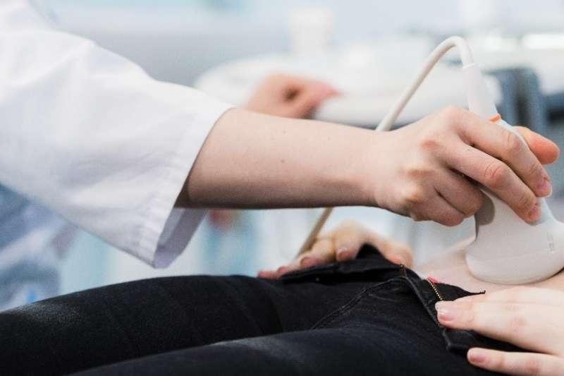 傳統的腹部超音波診斷成效,深受操作者技術純熟與否,及其經驗值所影響(圖/Envatoelements)