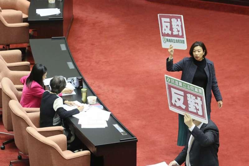 民進黨不分區最有「戰力」的立委之一林靜儀(右)被剔除名單。(柯承惠攝)