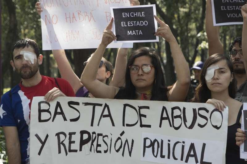 位於墨西哥的智利抗爭者貼上眼罩,舉行遊行抗議警方濫用武力。智利示威持續一個多月來,已有220餘人在鎮壓中失明。(AP)