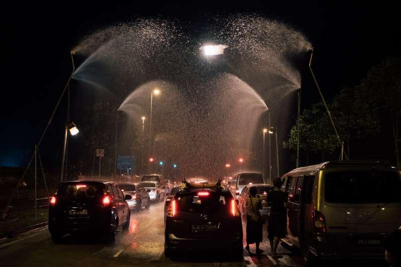 電影《熱帶雨》工作照,人工造雨畫面。(長景鹿工作室提供)