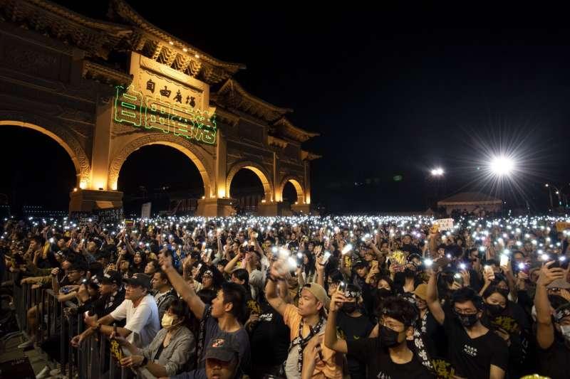 守民主護台灣大聯盟日前在自由廣場舉辦的「撐香港!要自由」演唱會吸引逾2萬民眾參與。(守民主護台灣大聯盟提供)