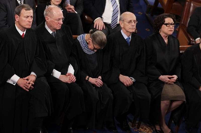 美國最高法院大法官露絲·巴德爾·金斯伯格在奧巴馬擔任總統發表演講時打盹。(圖/BBC New)