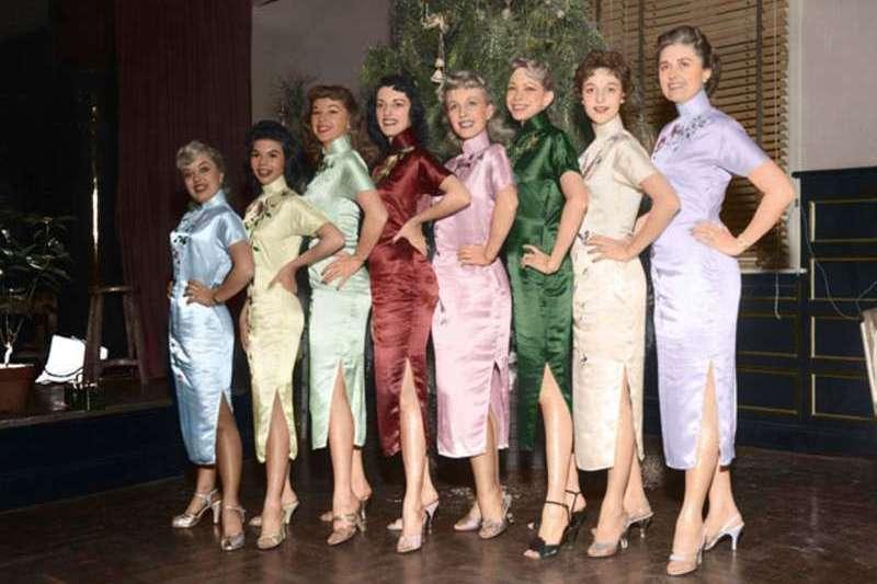 美國勞軍團女團員在表演過後合影留念,她們身穿著中國風十足的旗袍。(圖/徐宗懋圖文館提供)