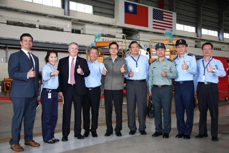 20191120-國防部長嚴德發(左五)前往台中漢翔沙鹿廠,視導國軍委託漢翔的2大專案執行概況,其一為針對現有F-16機隊構改的「鳳展專案」,另一個則為總數66架的新式高級教練機案。(國防部提供)