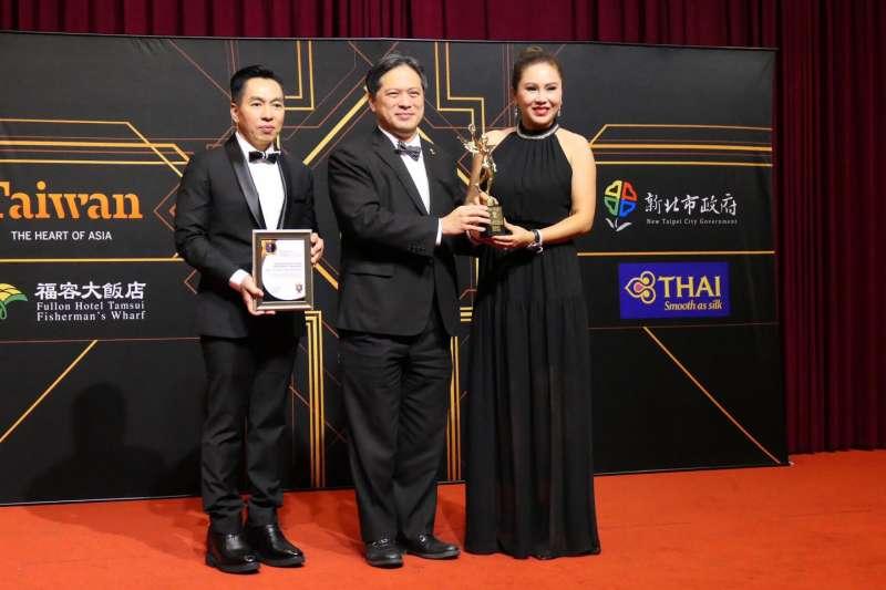 自2014年起舉辦的「Now Travel Asia Award 亞洲地區年度旅遊大獎」,特別頒發「亞太最佳旅遊目的地獎」予新北市,由副市長吳明機(中)出席領獎。  (圖/新北市觀旅局提供)