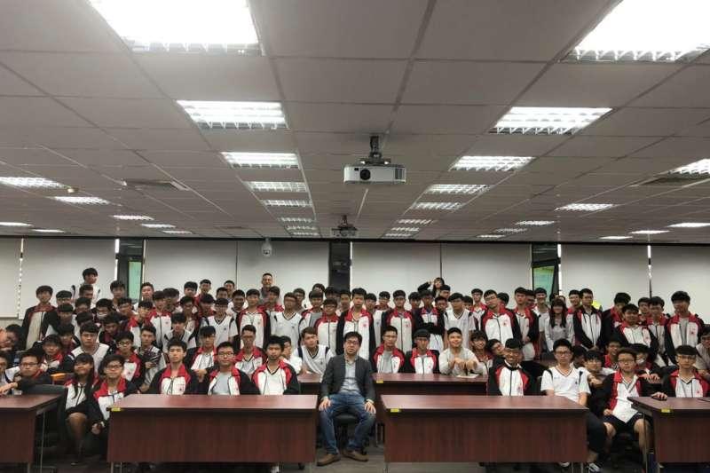 農業科技新創達人吳孝君與永靖高工學生分享農業科技奧妙。(圖/頂新和德文教基金會提供)