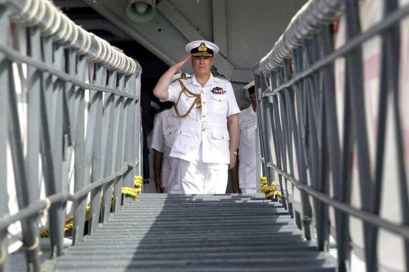 2012年5月2日,英國安德魯王子出訪印度,踏上維拉特號航空母艦。(AP)
