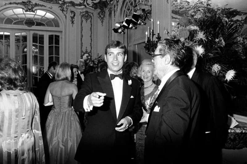1983年,安德魯王子出席一場宴會。(AP)