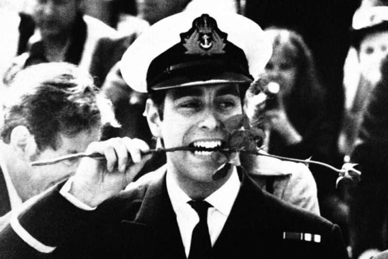 1982年9月16日,親身參與福克蘭戰爭(Falklands War)的英國安德魯王子光榮歸國,咬住民眾線上的紅玫瑰。(AP)