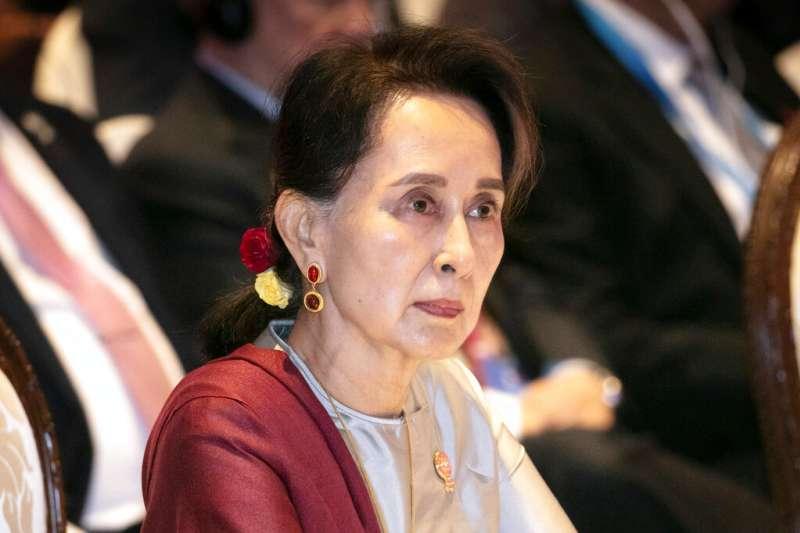 緬甸國務資政、實質領導人翁山蘇姫在競選演講中宣稱,現行選舉遊戲是不公平的,軍方佔據了25%的固定席位,全國民主聯盟只能在75%中打拼,因此必須大獲全勝。(資料照,AP)