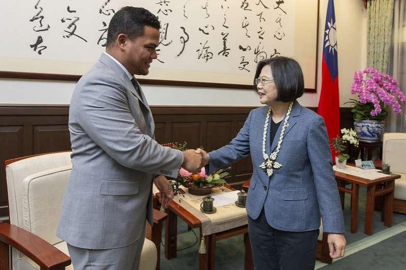 吐瓦魯外長柯飛今日訪台,與總統蔡英文熱情會面。(取自總統府)
