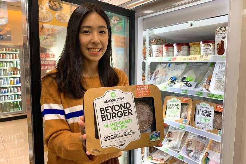 「未來肉品」風潮前進台灣,全家便利商店引進素肉大廠「Beyond Meat未來漢堡排」(售價499元),成為首間開賣的便利商店(圖片來源:全家便利商店)