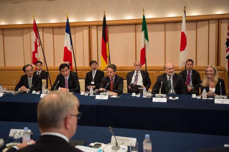 20191121-第30任日本央行總裁、日本青山學院大學特聘教授白川方明(前左一)出席2012年10月11日於日本東京舉辦的G7財務大臣・中央銀行總裁會議。(取自State Department photo by William Ng@wikipedia)