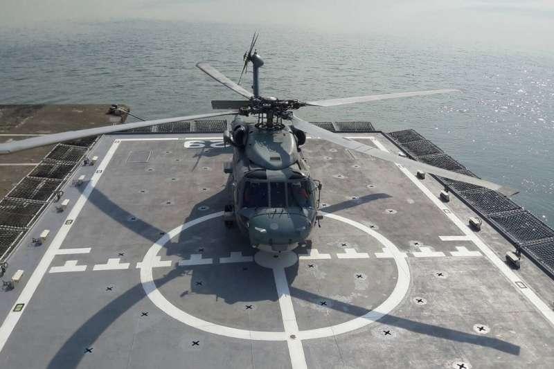 海軍S-70C反潛直升機20日降落在海巡高雄艦上,完成首次落艦任務。(取自海巡署艦隊分署網站)