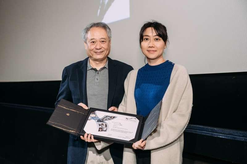 電影《金都》獲奈派克獎(NETPAC),金馬執委會主席李安(左)頒獎給導演黃綺琳(右)。(金馬執委會提供)