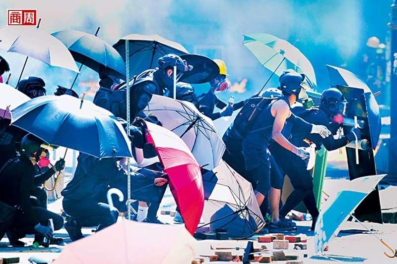 雨傘,是5年前香港爭取真普選的精神象徵,如今在理工大學的示威,成了抵擋警察催淚彈、橡膠子彈等武器的盾牌。(攝影者:程思迪)