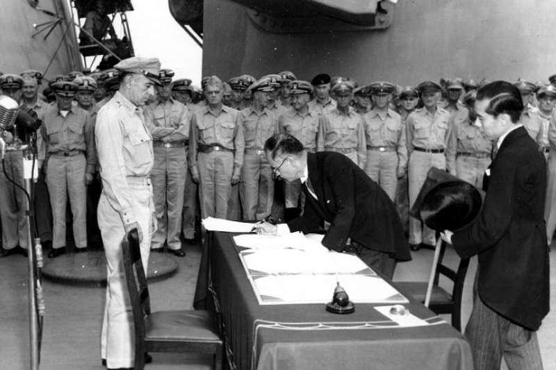 1945年9月2日在美軍中將理查·薩瑟蘭的監督下,由日本外務大臣重光葵代表日本政府簽署《降伏文書》。(圖/維基百科)