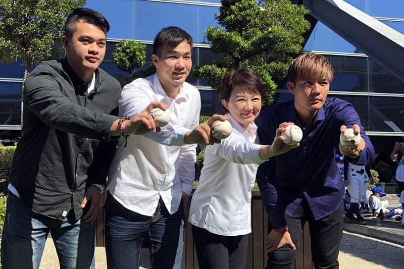 台灣旅美棒球好手王維中(右1)、宋文華(左1)、曾仁和(左2)來到台中接受台中市長盧秀燕(右2)熱烈歡迎。(國泰金控提供)