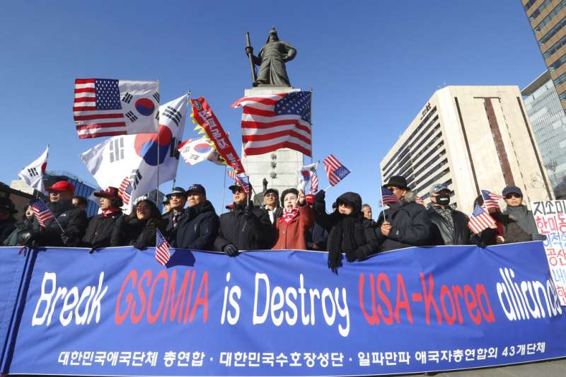 主張恢復韓日《軍事情報保護協定》(GSOMIA)效力的民眾在首爾示威。(美聯社)