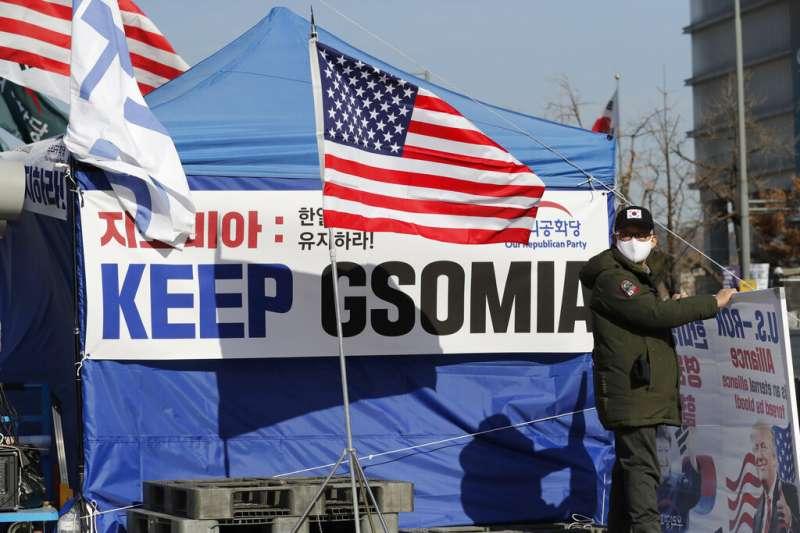主張恢復韓日《軍事情報保護協定》(GSOMIA)效力的民眾在首爾街頭抗議。(美聯社)