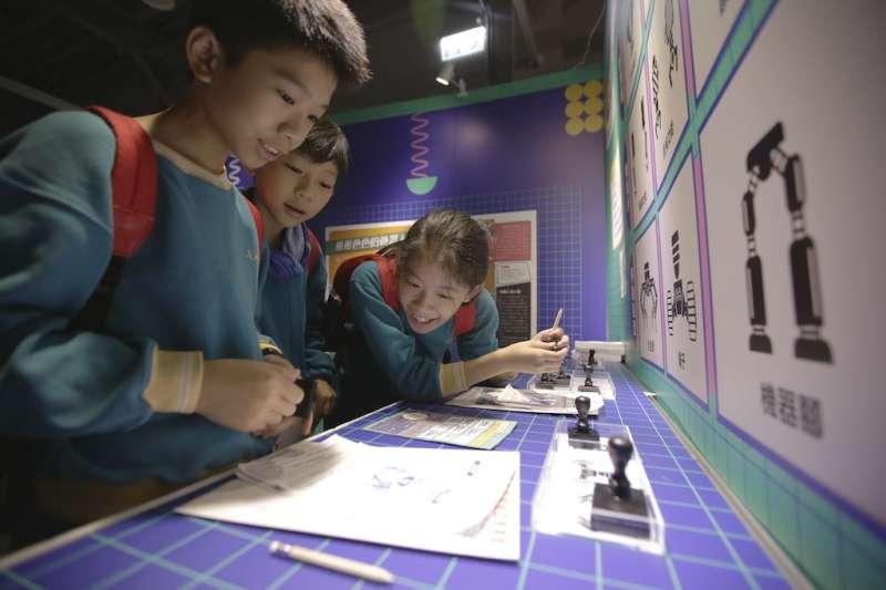 「2019科學少年STEAM實驗場:未來科學家的設計挑戰」活動,有許多家長帶著孩子一同參與。(圖/科學少年提供)