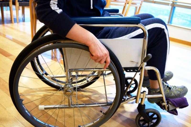 圖說:被宣告終生癱瘓的患者,接受手術後也能再次站立行走。(圖/theweek)