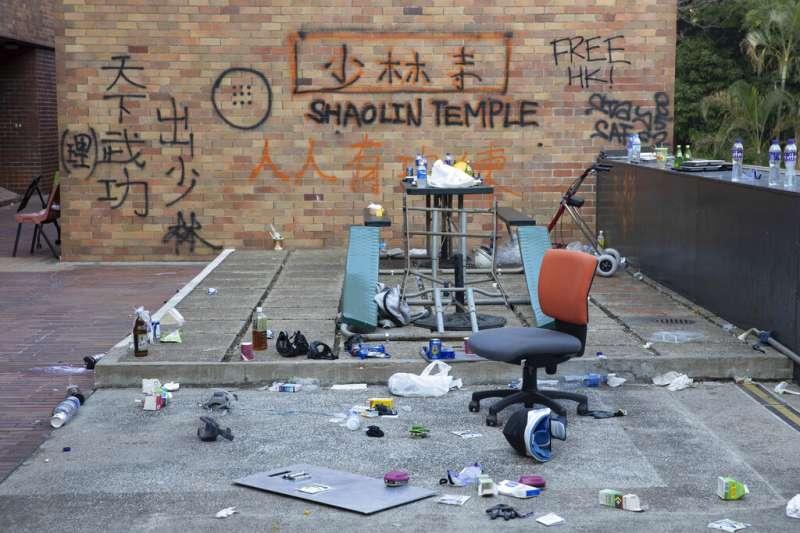 香港理工大學裡的一面牆上被噴上了「少林寺」、「天下武功出少林」等字樣。(美聯社)