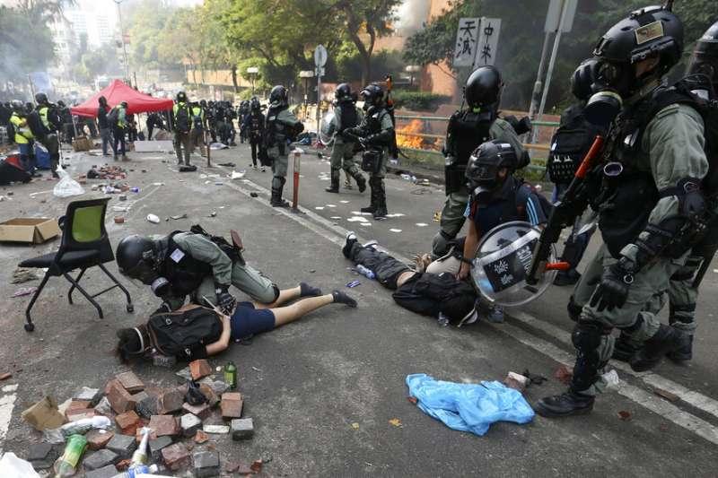 在香港理工大學遭到逮捕的抗議者。(美聯社)