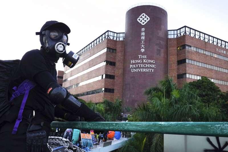 在香港理工大學裡的「反送中」抗議者。(美聯社)