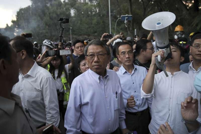 2019年11月12日,香港中文大學二號橋衝突,校長段崇智(中)前往現場調停(AP)