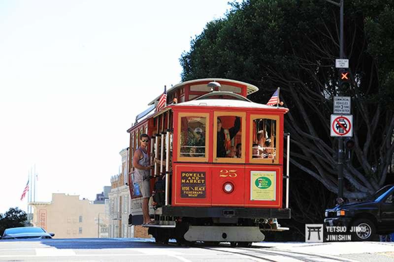 已成為舊金山象徵的纜索鐵道,經常可見觀光客懸吊在車上(車輛為1890年製造的25號車。攝影:陳威臣│想想論壇)