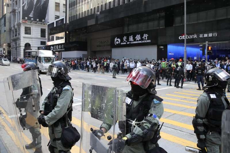 在街頭保護親中或者中資企業的香港警察。(美聯社)