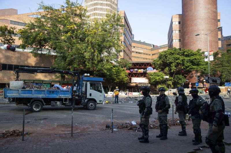 香港理工大學裡的警察。(美聯社)